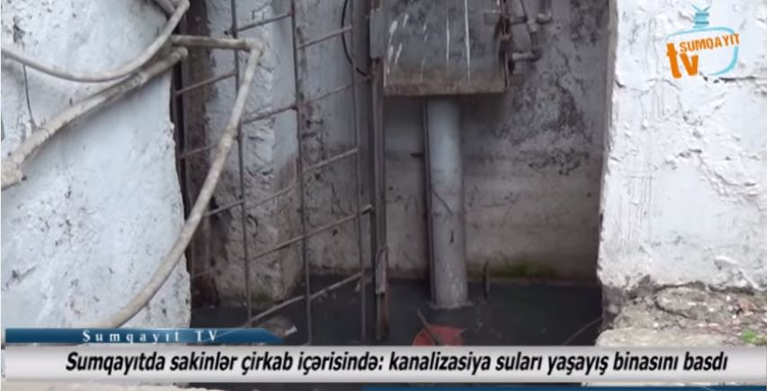 Sumqayıtda sakinlər çirkab içərisində: kanalizasiya suları yaşayış binasını basdı - VİDEOREPORTAJ