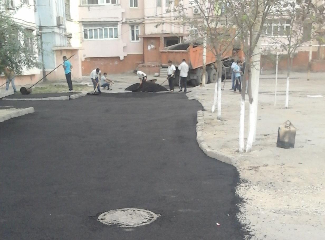 Sumqayıtda mikrorayondaxili yollara asfalt örtüyü döşənir - FOTO