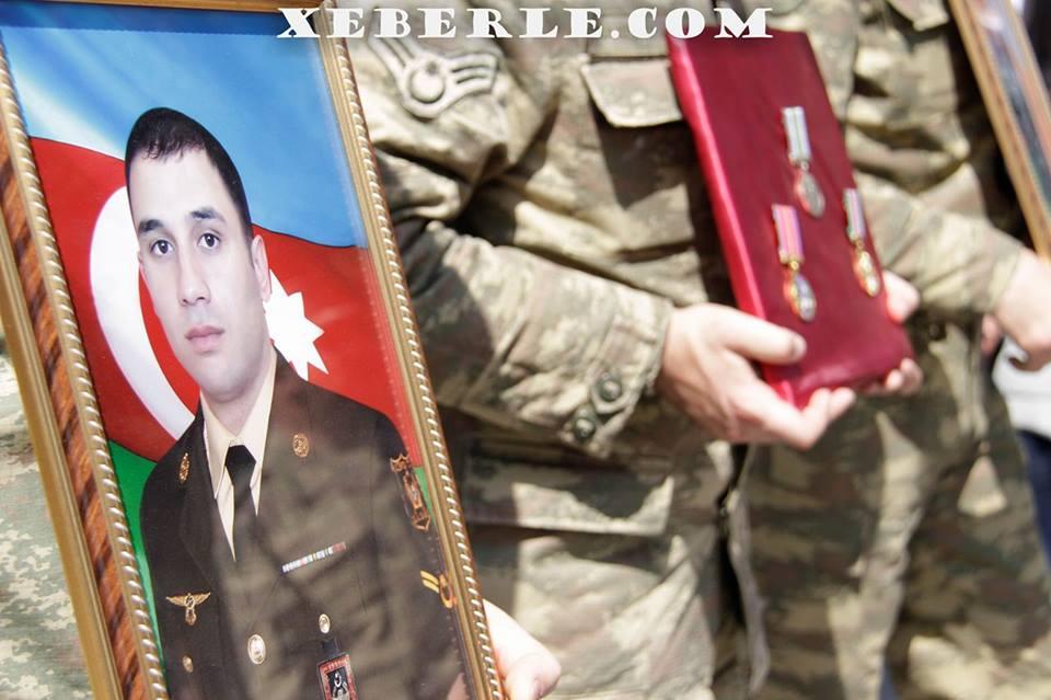 Sumqayıt 4 günlük müharibədə şəhid olan sonuncu oğlu ilə vidalaşdı - FOTOLAR (VİDEO)