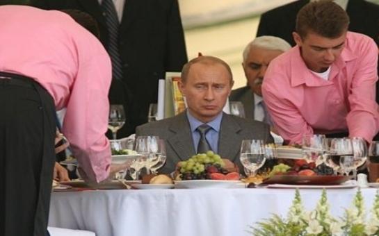 Народ требует:  Я хочу видеть, что кушает Путин! Пусть камера ходит за ним от подъема до отбоя...