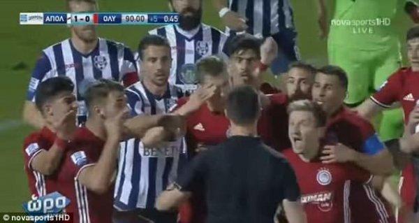 Futbolda qeyri-adi hərəkət: hakimə qarşı simulyasiya - VİDEO