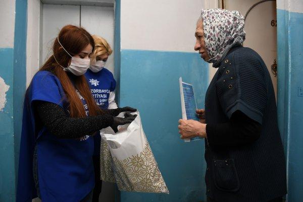 Sumqayıtda koronavirusa görə yaşlı insanlara gigiyenik vasitələr paylayırlar -FOTOLAR